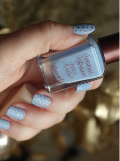 nail-art-bleu-mat-et-dore-barry-m-hm-d