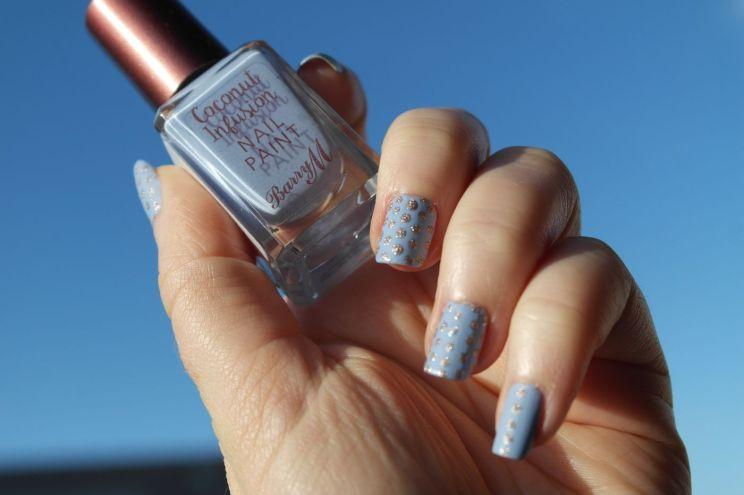 nail-art-bleu-mat-et-dore-barry-m-hm-h